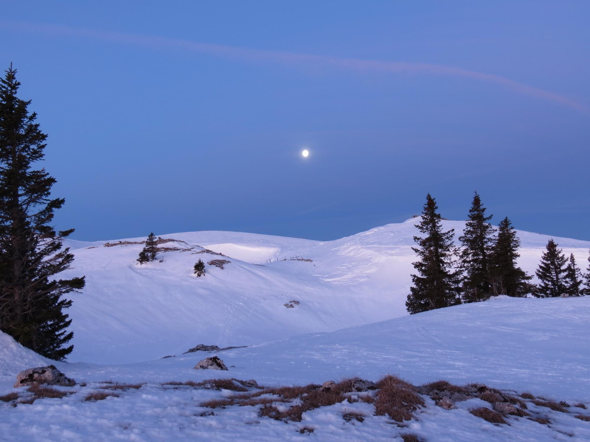 Les crêtes avec la pleine lune couchante